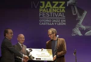 El escritor Ricardo Menéndez Salmón recibe el I Premio Internacional 'Ramos Ópticos' de relatos sobre jazz en la sesión inaugural del IV Jazz Palencia Festival